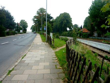 Einmündung des Trampelpfades an der Bahnhofstraße