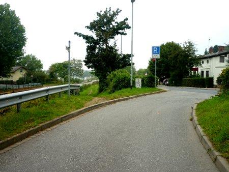 Vom Tagesparkplatz kommend, kein Fußweg, aber ein Trampelpfad