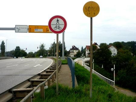 Links der alte Schleichweg, rechts die neue Brücke