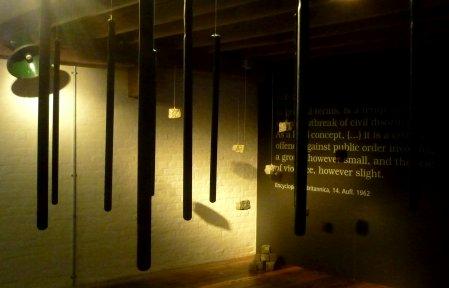 Der Eingangsraum mit Schlagstöcken und Pflastersteinen