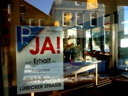 363 Unterschriften für den Erhalt der Parkplätze in der Lübecker Straße.