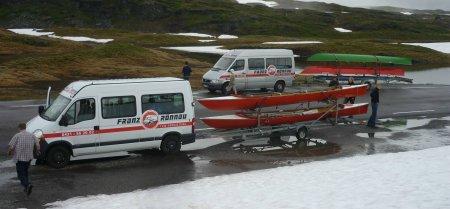 Mit dem Buss und den Booten über die Berge
