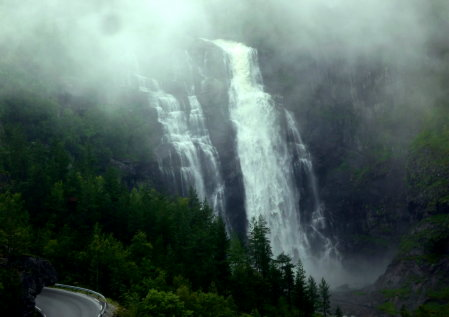 Wasserfall am Straßenrand