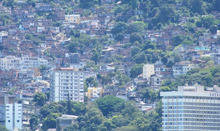 Vorne rechts die Ecke des Sheraton, dahinter die Favelas