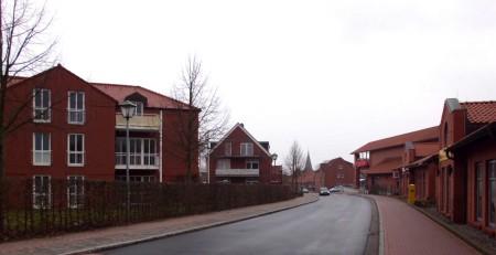 Das Gebäude links ist eine Seniorenresidenz
