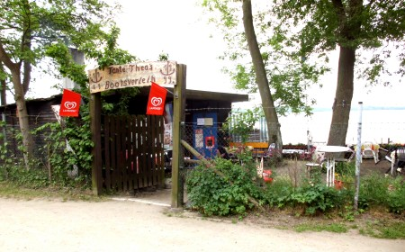 Ein idyllischer Ort, Tante Theas Bootsverleih