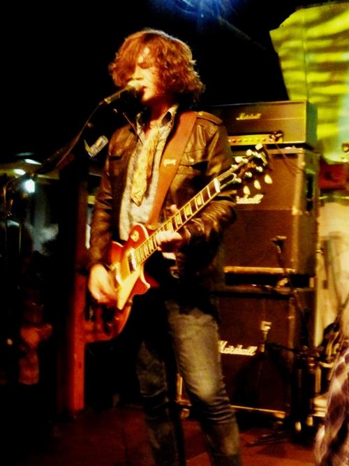 Jason Barwick, ein begnadeter Gitarrist und Sänger.