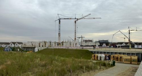"""Hier entsteht die """"Bretterbude"""", ein Surfer-Hostel. Im Hintergrund einige der Ferienhäuser."""