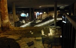 Ausgrabungsfläche im Museum.