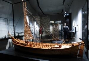 Ein Model der  um 1150 gebauten Kollerup-Kogge. Die Form erinnert noch an ein Wikingerschiff, die Bauweise unterschied sich aber. Besonders augenfällig: das Ruder  (Steuer) ist von der rechten Seite an das Heck des Schiffes verlegt worden.